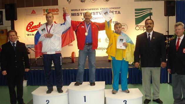 Zleva ředitel MS a státní trenér reprezentace Jiří Smékal, na 2.místě Sergej Šatalov z Ruska, na 1.místě Martin Biháry z ČR, na 3.místě Stolnykov Oleksandr z Ukrajiny, delegát IBSA Nezam Dodel z Íránu, mezinárodní rozhodčí Ivan Karpíšek z ČR.