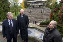 KAM S NÍ? Na snímku zleva ministr kultury Jiří Besser, starosta Krumlova Luboš Jedlička a ředitel Jihočeského divadla Jiří Šesták, kteří se ve čtvrtek sešli u točny v krumlovském zámeckém parku.