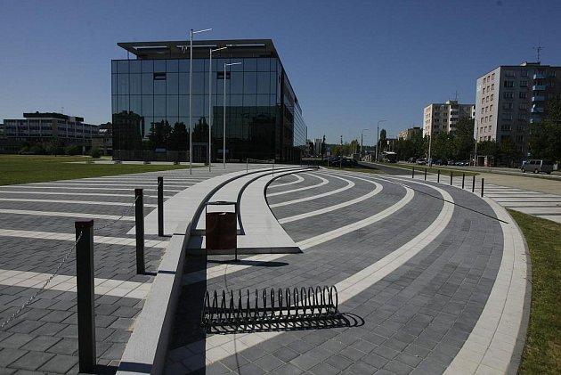 Jen týdny dělí dva zbrusu nové objekty Jihočeské univerzity od okamžiku, kdy je naplní studenti.  Od nového akademického roku jim budou sloužit architektonicky zajímavé budovy filozofické fakulty, kam se přestěhuje i rektorát, a univerzitní knihovny.