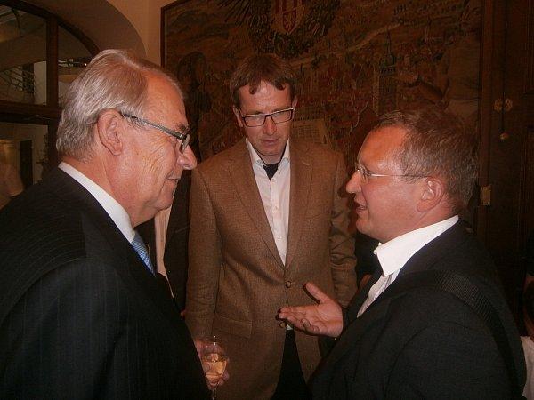 Po předání ceny spolu před obřadní síní radnice diskutovali (zleva) Jaromír Talíř, Josef Prokeš a Norbert Schmidt.