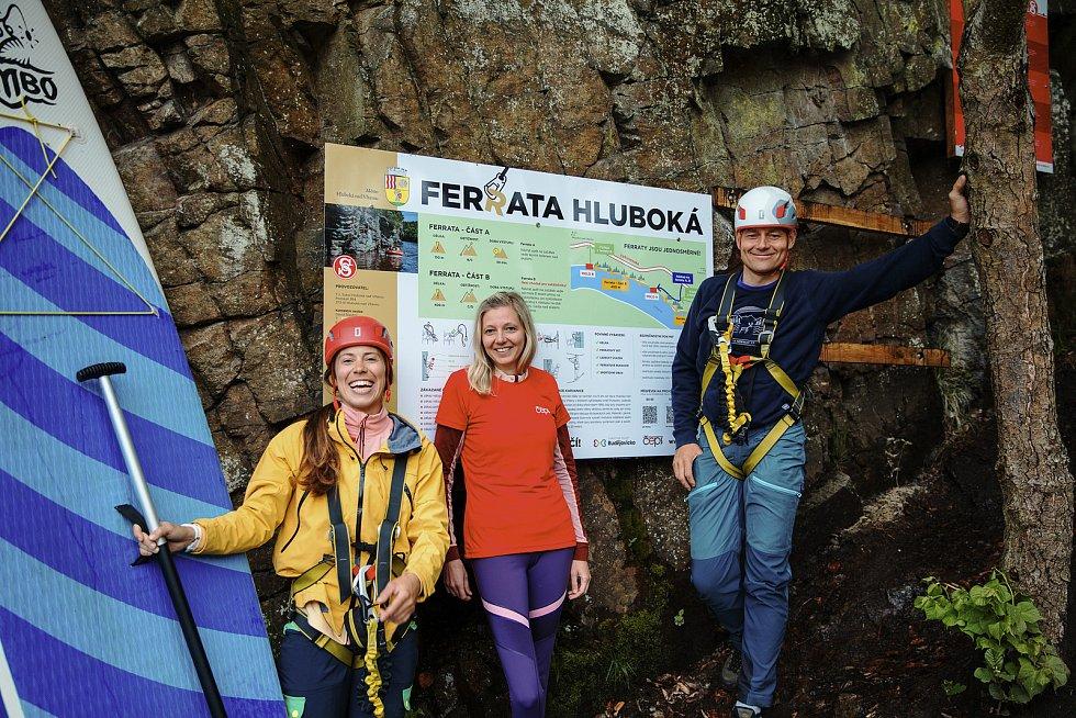 Ferrata Hluboká je delší o 400 metrů. Ferratu už stihla vyzkoušet také olympionička Eva Samková a její sportovní kolega Tomáš Kraus.
