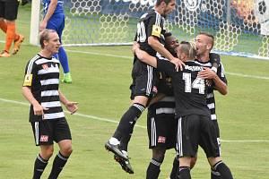 První gól Dynama  ve Vlašimi dal už v 8. min. Jindřich Kadula (zcela vpravo) a radost z něj byla veliká, s gratulací jako první přispěchali Wermke, Mashike, Javorek a vlevo přibíhá Čavoš.