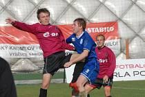 Martin Jasanský (vlevo v souboji s Vebrem) v duelu s Vlašimí přihrál Pavlu Mezlíkovi (vpravo) na oba góly.