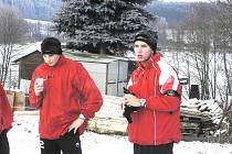 Dorostenci Milan Nitrianský a Rastislav Bakala (na snímku zleva) budou až do pátku nabírat fyzičku s A–mužstvem Dynama na Lipně. Tobiášův tým trénuje ve Frymburku.