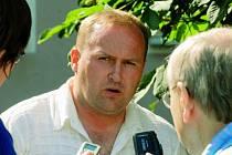 Roman Rogoz v N. Včelnici mezi novináři.