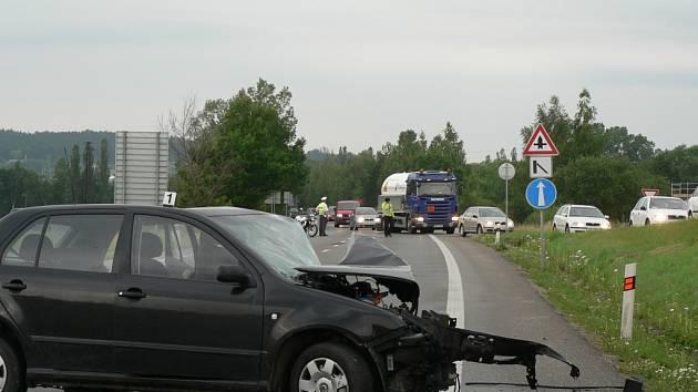 Vážná dopravní nehoda dvou osobních automobilů pod nadjezdem u Plané.