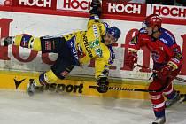 Ústecký Rastislav Špirko padá po souboji s budějovickým Tomášem Frolem. Nad Ústím Mountfield vyhrál 4:2, v pátek hraje na ledě dalšího severočeského klubu Liberce.