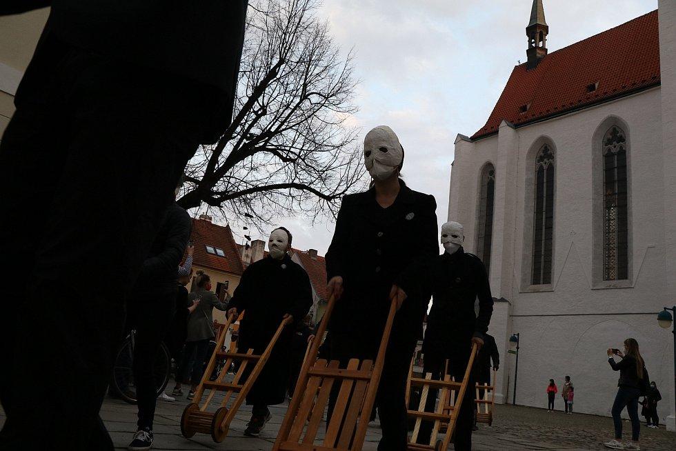 I letos vyrazili hrkači do centra Českých Budějovic. Vyrazili v 19. hodin z Piaristického náměstí.