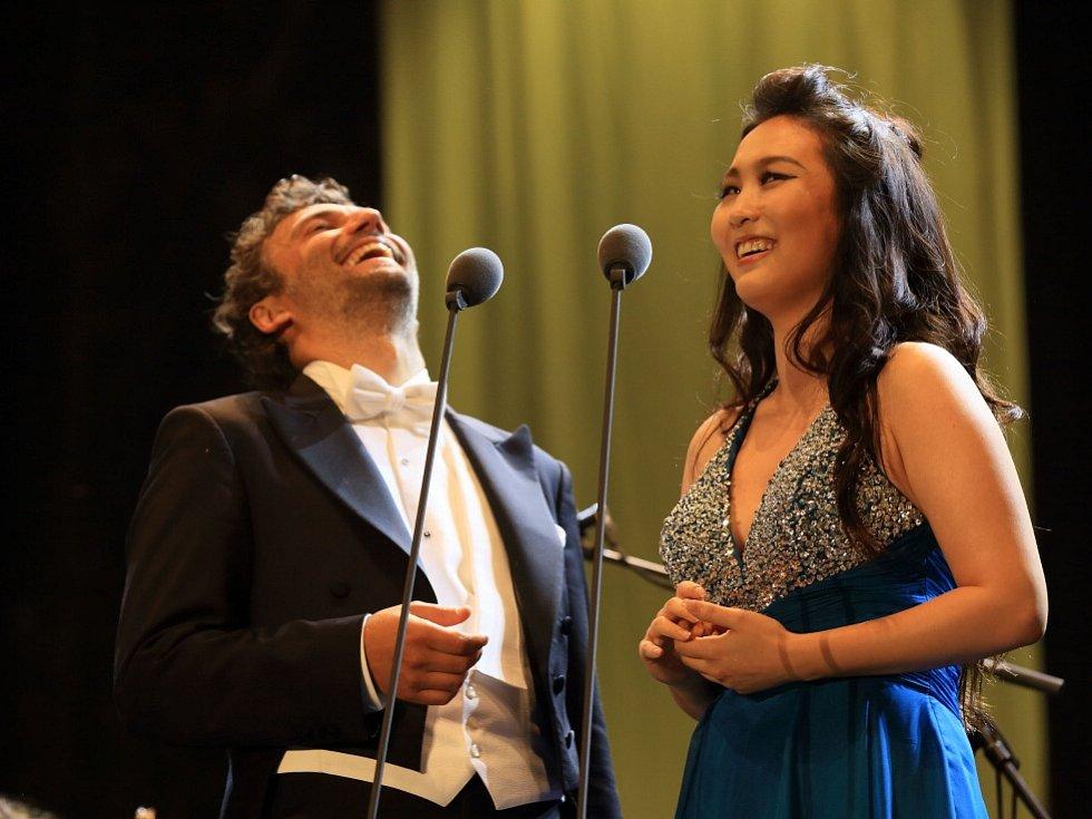 Tenorista Jonas Kaufmann zahájil 18. července Mezinárodní hudební festival v Českém Krumlově. Na snímku Kaufmann a a sopranistka Sooyeon Kim.