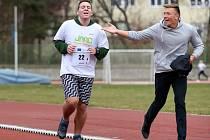 Tihle dva kluci běželi běh přátelství. Mladík v černých kalhotách běžel se svým kamarádem, aby ho podpořil.