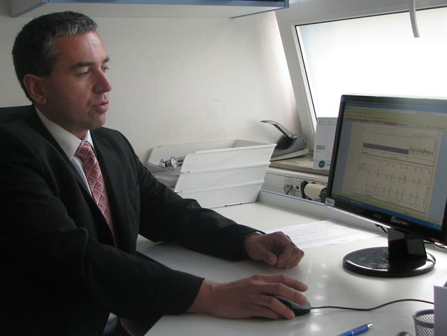 Doktor Alan Bulava při pravidelné kontrole sledovaných pacientů.