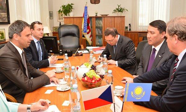 Ujednacího stolu vlevo hejtman Jiří Zimola a jeho tajemník Petr Soukup. Vpravo uprostřed velvyslanec Serzhan Abdykarimov.