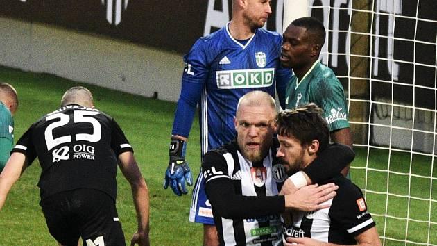 V loňské sezoně se fotbalisté Dynama doma s Karvinou rozešli nerozhodně 1:1 (na snímku Mick van Buren gratuluje k vyrovnávací trefě Patriku Brandnerovi).