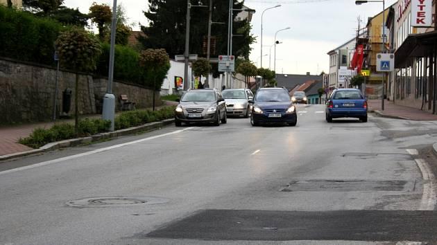 Hlavní silnice v Lišově.