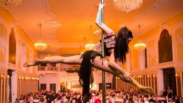 Lucie Šimková  svou akrobacií na tyči zaujala už stovky diváků a stala se mistryní republiky v pole dance.