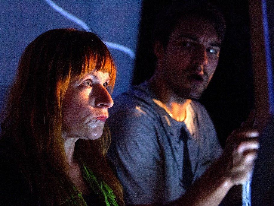 Malé divadlo láká na inscenaci Filmmakeři. Je to vtipná a chytrá parodie na svět filmařů. Na snímku vlevo Denisa Posekaná.