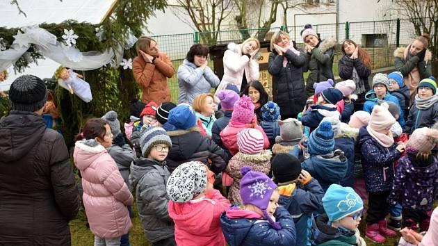 K nadílce v budějovické mateřince pro zrakově postižené děti se přidali i odboráři.