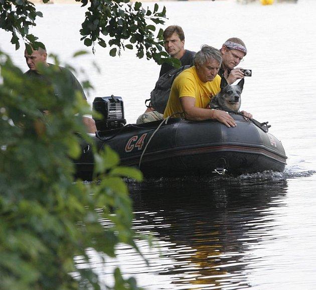 Policisté se záchranáři v úterý marně pátrali po ztraceném muži, který se šel koupat do Vltavy.