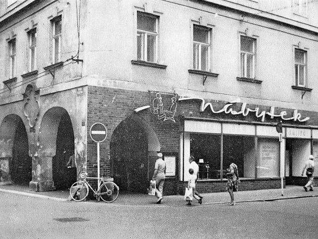Obchodní dům Teta na rohu Krajinské a Hroznové ulice.