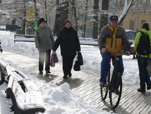 O víkendu se znovu v Budějovicích připomněla zima, Budějovickým znepříjemnil život sníh.