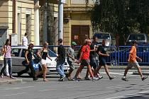 Při přebíhání ulice mimo přechod v nepřehledné zatáčce u Mercury se chodec vystavuje velkému nebezpečí.