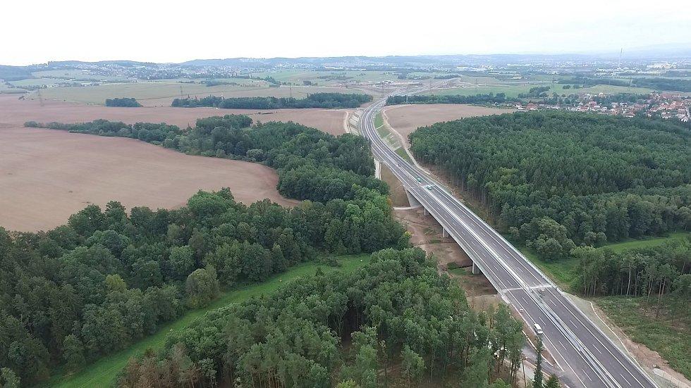 Nové vodorovné dopravní značení na kruhovém objezdu v českobudějovické Okružní ulici, které souvisí s novým úsekem D3, zmátlo v pondělí ráno řidiče. Stalo se tu hned několik dopravních nehod.