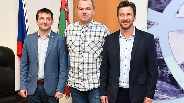 O podpoře šampionátu jednali zleva náměstek primátora města Č. Budějovice Viktor Vojtko, člen organizačního výboru Přemysl Horák a jihočeský vicehejtman Josef Knot.