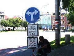 Další upozornění, že odbočením vpravo vjedou řidiči do pěší zóny, se u Krajinské objevil v pondělí.