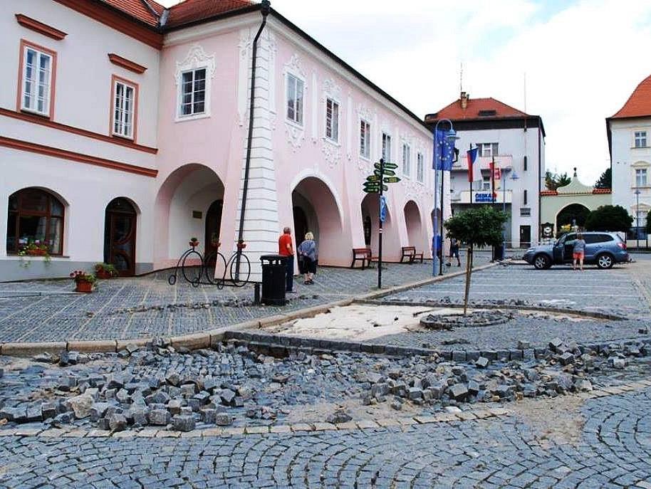Přívalový liják poškodil v noci na neděli vltavotýnské náměstí i další ulice.