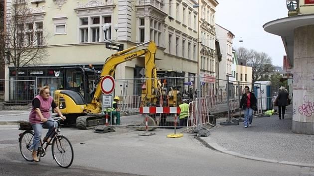 S neprůjezdnou ulicí Karla IV. musí počítat řidiči až do        25. dubna. Nově se pracuje v úseku mezi ulicemi Kněžská a Jirsíkova.