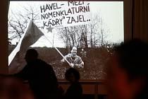 Na Václava Havla se vzpomínalo 24. února v třeboňském divadle. Na snímku projekce fotografií Tomkiho Němce.