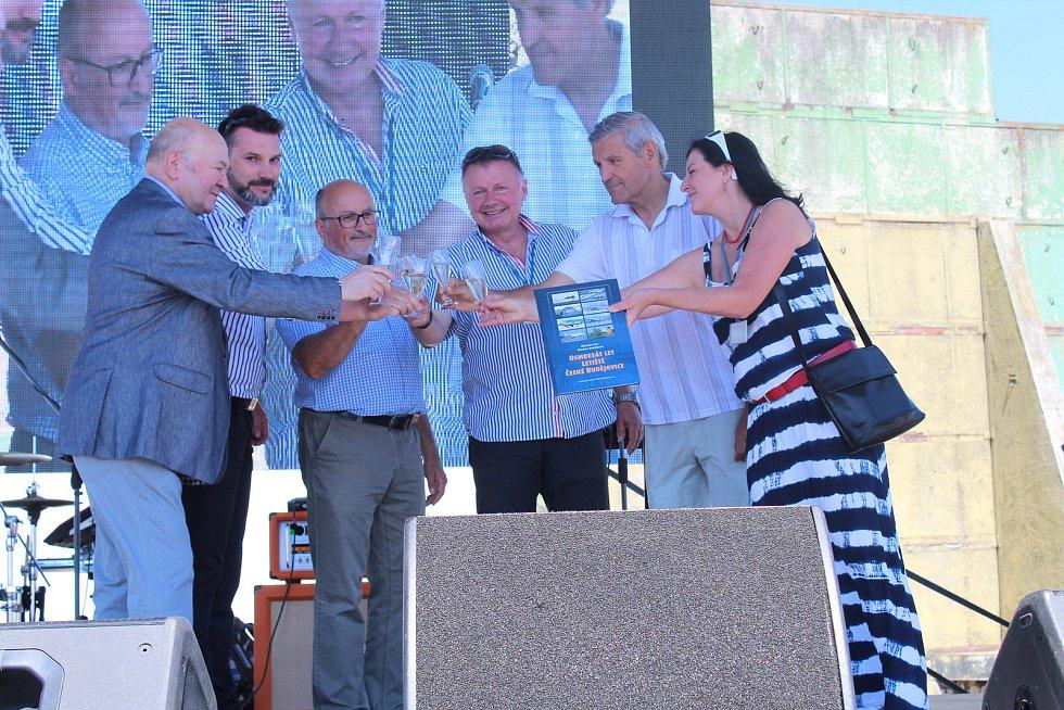 Po Plané na oslavy osmdesátin letiště zavítal i kosmonaut Vladimír Remek, jehož rodiče se tu seznámili.