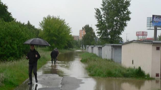 Dobrovodská stoka je pro garáže podél Nádražní ulice v Českých Budějovicích trvalým nebezpečím.