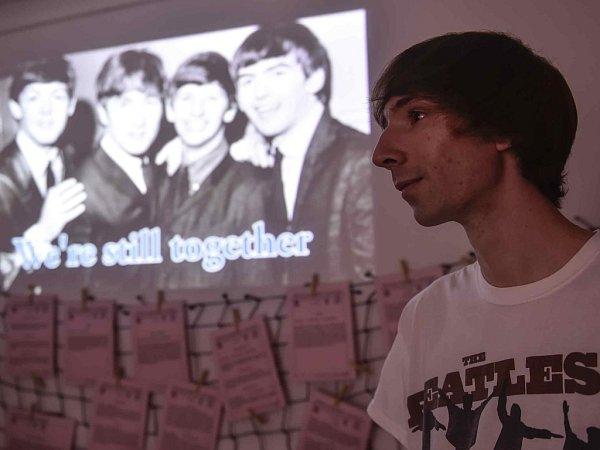 David Novotný (26) zČeských Budějovic sestavil zútržků nahrávek zcela novou píseň legendární skupiny Beatles. Téměř čtyřminutovou skladbu poskládal vpočítači ze 104maximálně dvouvteřinových útržků zvokálních stop ze 30originálních písní Beatles.