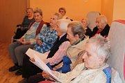 Do celostátní akce našeho Deníku Česko zpívá koledy se tradičně zapojují také klienti Domova pro seniory ve Chvalkově u Trhových Svinů. V pondělí po obědě se sešli u zkoušky, při níž jim to hezky ladilo.