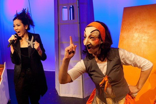 Malé divadlo nasadilo hru Dalskabáty, hříšná ves. Mísí tradiční českou pohádku, masopust ikomedii dell'arte.