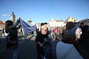 Na budějovické náměstí ve středu po 18. hodině přišli demonstranti. V protestu proti Andreji Babišovi a Miloši Zemanovi je podpořili i někteří politici.