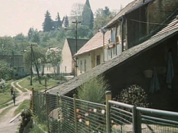 Staré Prachatice na pozadí skostelem sv. Petra a Pavla. Vlevo běží místní kluci. Jedním znich byl iLadislav Paule.