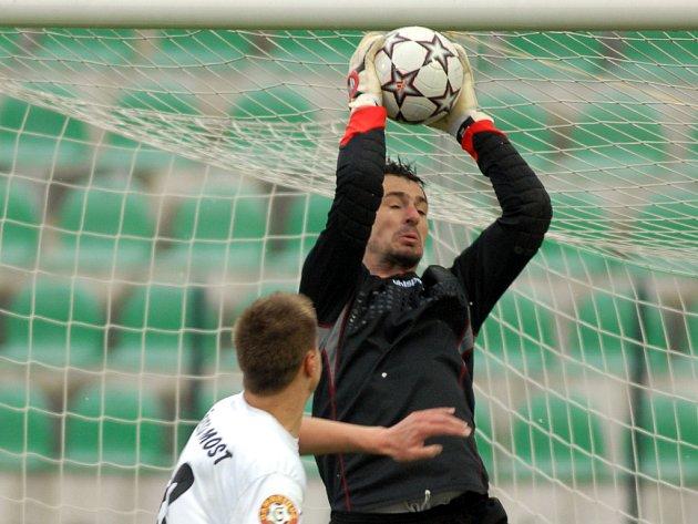 Pavel Kučera (v Mostě zasahuje před Pešírem) možná proti Bohemians bude pro zranění chybět.