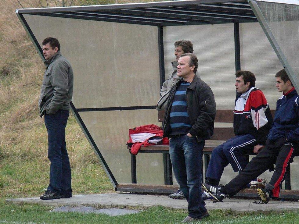 Borovanská lavička v pozoru: vlevo trenér Mičan, vpravo asistent Vodhánil.