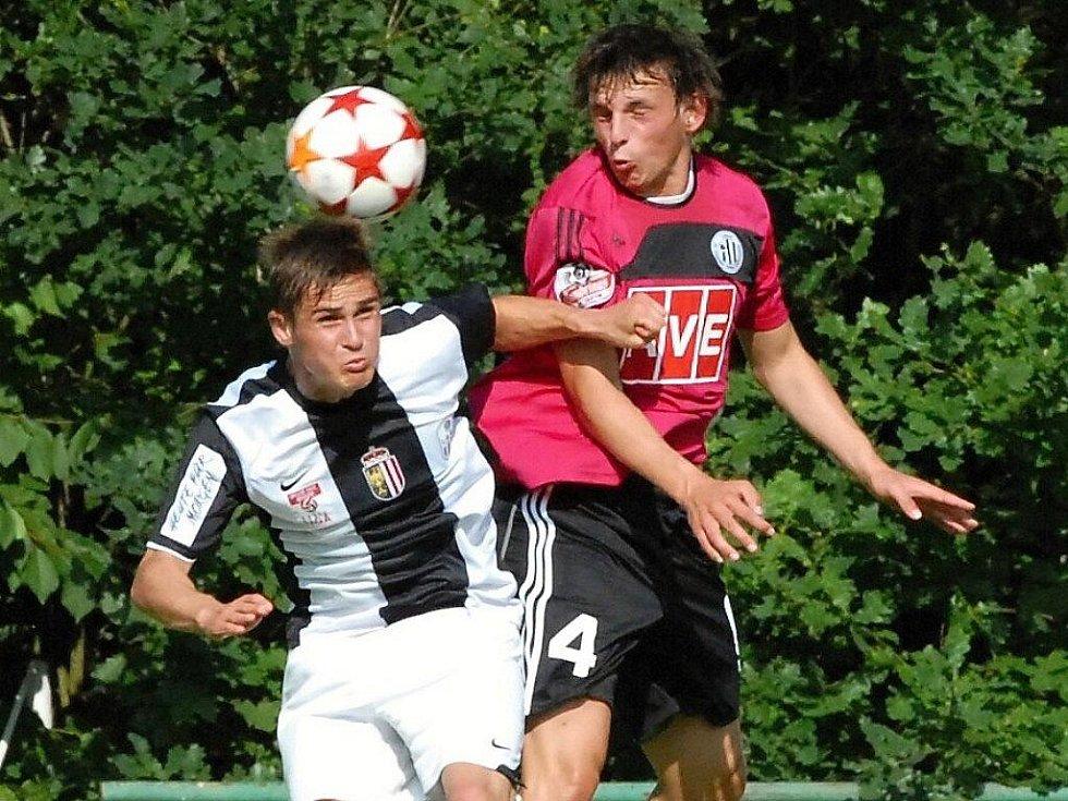 Milan Nitrianský v zápase Dynama s Lincem v jednom z hlavičkových soubojů.