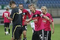 David Horejš a Rudolf Otepka s rozhodčím Mikelem nesouhlasí, ten ale sporný Lafatův gól uznal.