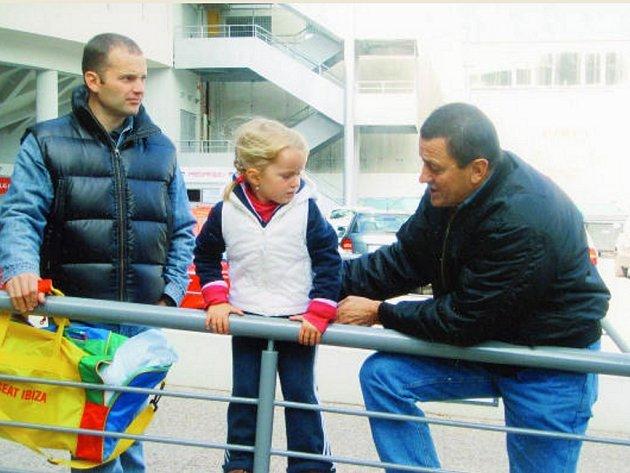 Julius Šembera před Budvar arenou se synem Petrem a vnučkou Johankou.