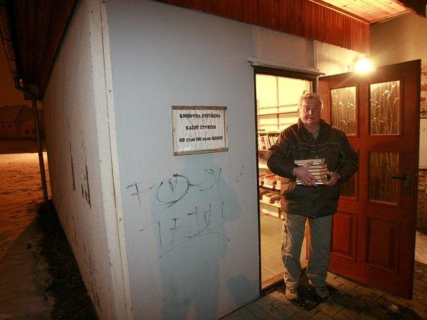 Oknihovnu vLitvínovicích, jež nyní sídlí ve stavební buňce, se již přes 30let stará Bohumil Dašek.