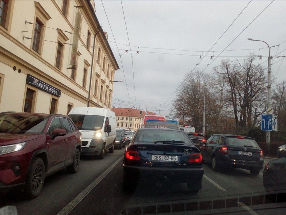 Mimořádné kolony 7. prosince 2020 mimo jiné kvůli pracím na Dlouhém mostě zažila třeba Českobudějovická ulice Na Sadech.