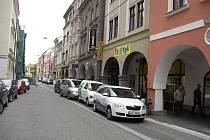 V Krajinské ulici mají cyklisté svůj vyhrazený pruh. Mohou ho ale používat? Odpovědět si může každý sám.