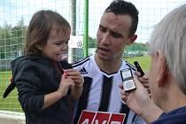 Jiří Kladrubský po zápase s juniorkou Sparty i s dcerkou Nelou v náručí odpovídá na dotazy Deníku.