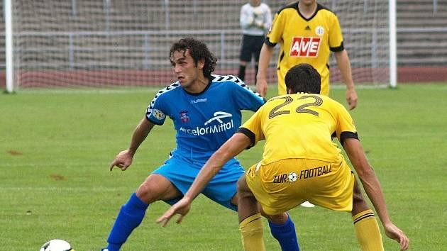 Marián Jarabica se snaží v zápase s rumunským Galati zastavit útočnou akci Rumunů: fotbalisté Dynama hrají v sobotu v Bad Kreuzenu v další přípravě s rakouským SV Ried.