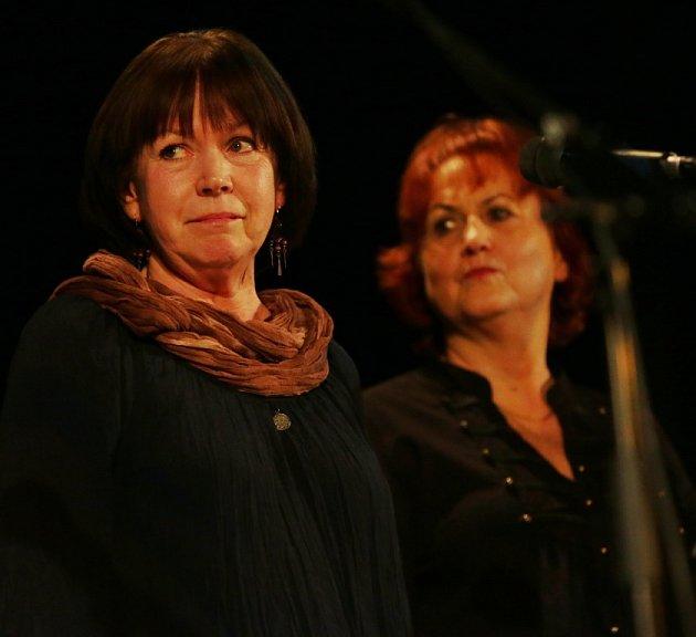 Pocta skupině Minnesengři, kteří vznikli před 45lety, se odehrála 14.listopadu 2013včeskobudějovickém DK Metropol. Na snímku zpěvačky Lída Pouzarová a Jana Vejvarová (zleva).