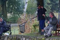 Titul Pytlák roku totiž získali rybáři v sobotu v Nákří zcela legálně v netradiční rybářské soutěži.